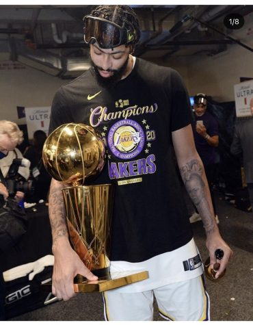Lakers star foward Anthony Davis holds  larry o´brien trophey                                   (via Anthony Davis´s instagram @antdavis23)