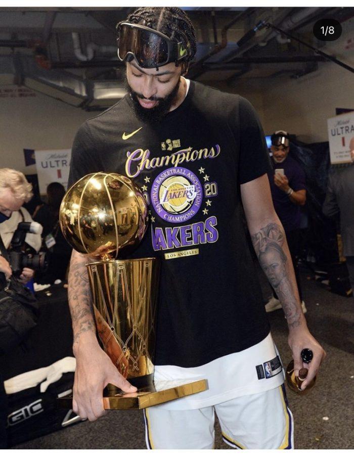 Lakers star foward Anthony Davis holds  larry o´brien trophey                                   (via Anthony Davis´s instagram @antdavis23)